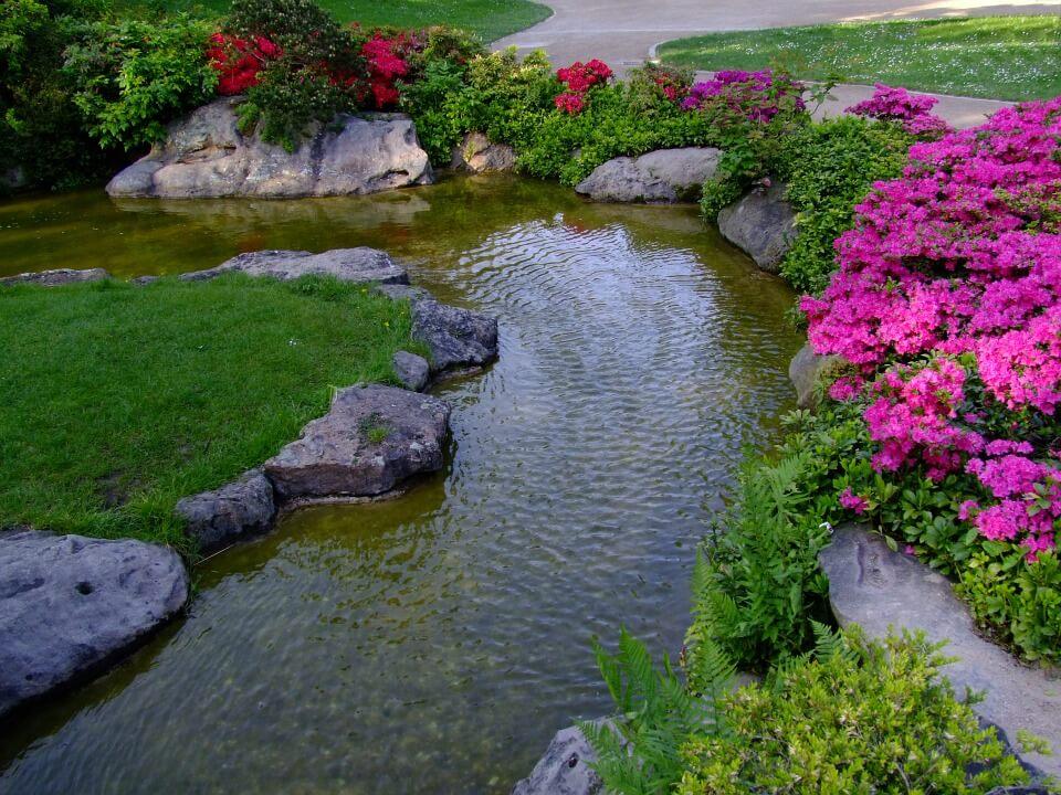 Díszkert kis kerti tóval